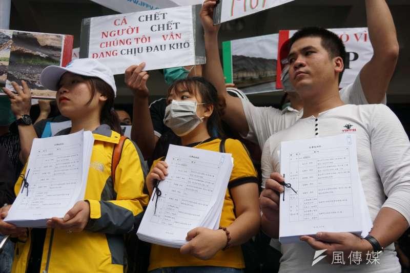 20190611-「無良台塑污染海洋,越南人民跨海訴訟」記者會,前來聲援的越南民眾舉起訴狀。(盧逸峰攝)