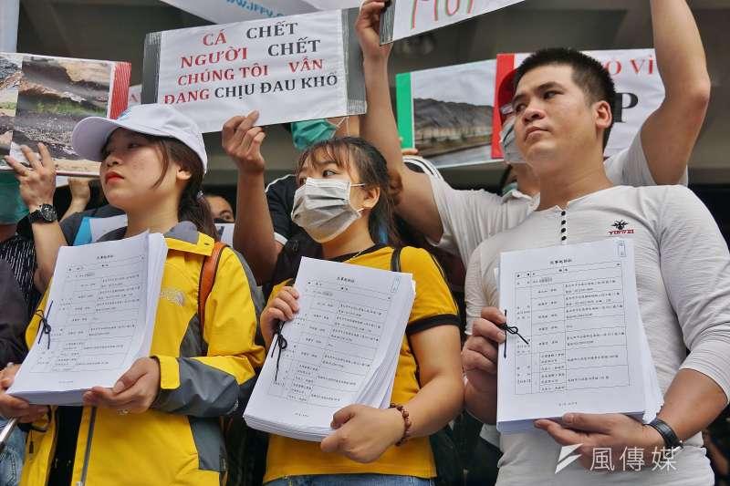 20190611-環境法律人協會「無良台塑污染海洋,越南人民跨海訴訟 」記者會,越南民眾舉起訴狀。(盧逸峰攝)