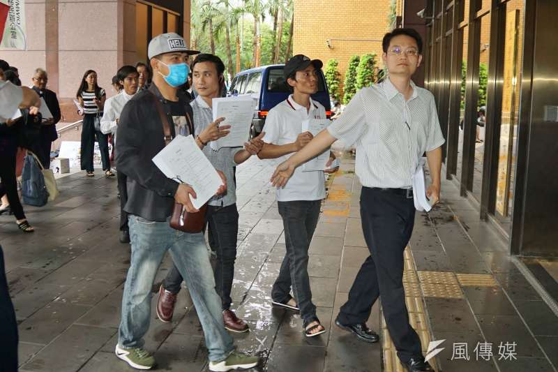 20190611-環境法律人協會「無良台塑污染海洋,越南人民跨海訴訟 」記者會,張譽尹律師帶領群眾遞訴狀。(盧逸峰攝)
