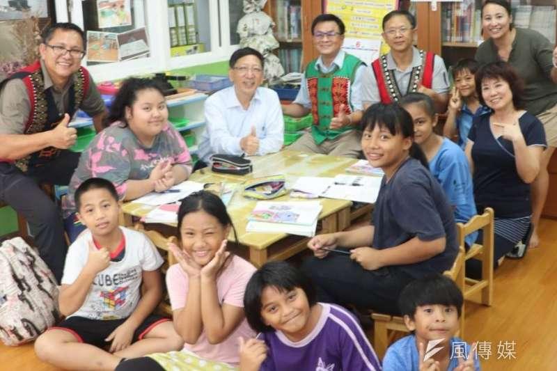 高雄市教育局長吳榕峯夜宿茂林區茂林國中,當晚與在地家長、教師們座談。(圖/徐炳文攝)