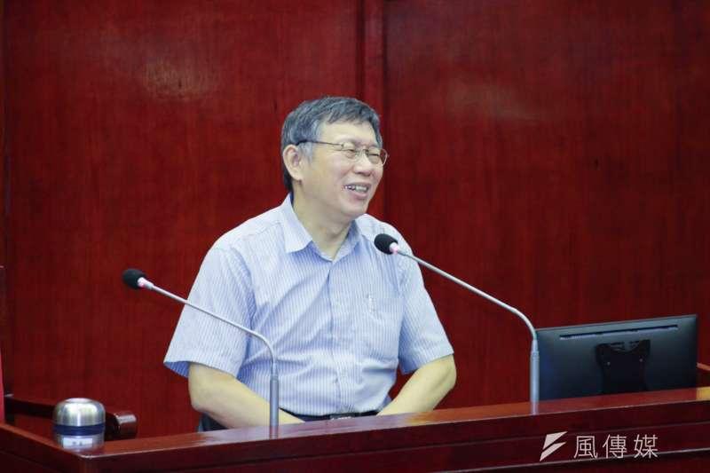 在綠營總統初選民調幾乎全墊底,議員問認為這民調是真是假?台北市長柯文哲笑回「不要問我」。(方炳超攝)