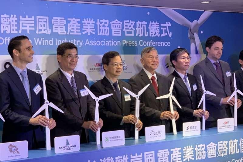國際半導體產業協會(SEMI)和8家離岸風電開發商13日成立台灣離岸風電產業協會。左二起為能源局副局長李君禮、行政院政委龔明鑫、經濟部長沈榮津。(尹俞歡攝)
