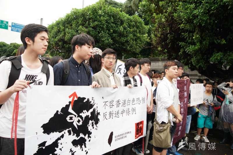 在台港生13日赴總統府,表達聲援香港反送中行動。(盧逸峰攝)