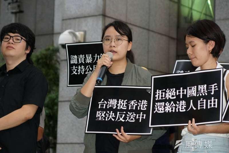 香港反送中運動點燃港台青年怒火,台灣多所大學近日也接連於校內舉辦活動聲援。圖為台大學生會長吳奕柔(中)聲援反送中。(盧逸峰攝)
