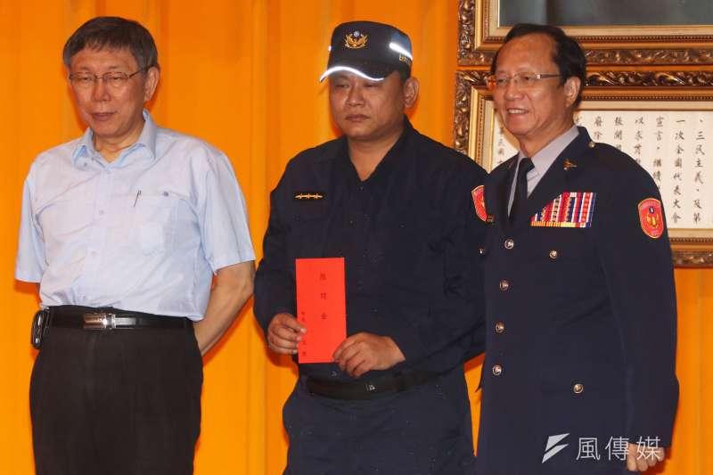 台北市政府警察局今日下午舉行第27屆金吾獎頒獎典禮,台北市長柯文哲(左)親自出席,萬華分局警員張景義(中)被安排在第一位上台領獎。(蘇仲泓攝)