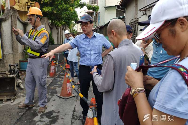 高雄市副市長李四川(中)前往淹水點,緊盯應急措施改善工程。(圖/徐炳文攝)