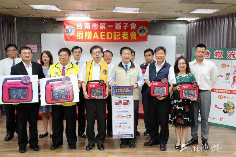 台南市第一獅子會捐贈5組AED全套設置予台南市相關國中小,市府辦理表揚記者會。(圖/徐炳文攝)