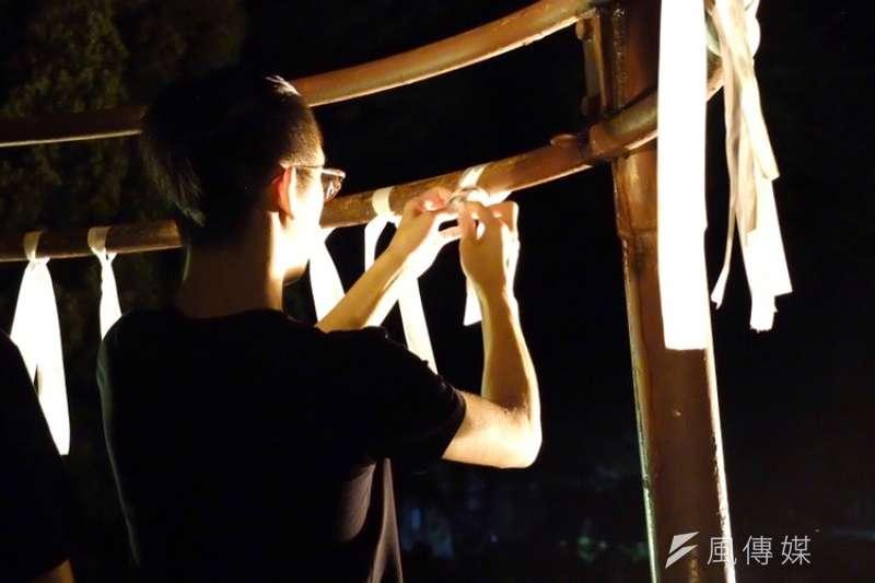 香港民眾日前為反對《逃犯條例》遭警方血腥鎮壓,台大學生14日晚間於傅鐘發起「反送中之夜」聲援。(謝孟穎攝)