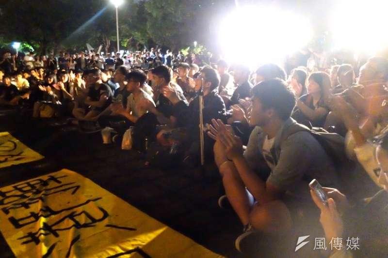 台大學生14日晚間於傅鐘發起「反送中之夜」聲援香港。(謝孟穎攝)