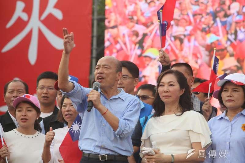 高雄市長韓國瑜(前排左)15日出席雲林造勢大會時表示,他一定會捍衛中華民國,說他會接受一國兩制是胡說八道。右為韓國瑜夫人李佳芬。(柯承惠攝)