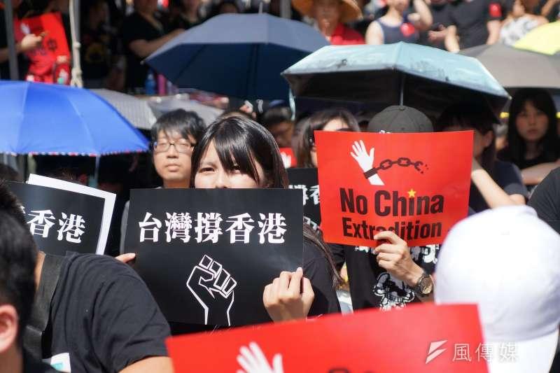 超過萬人頂著豔陽,在立法院群賢樓外聲援「撐香港,反送中」集會活動。(盧逸峰攝)