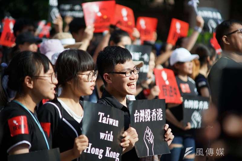 2019年6月16日台灣「撐香港,反送中」集會活動,大合唱海闊天空。(盧逸峰攝)