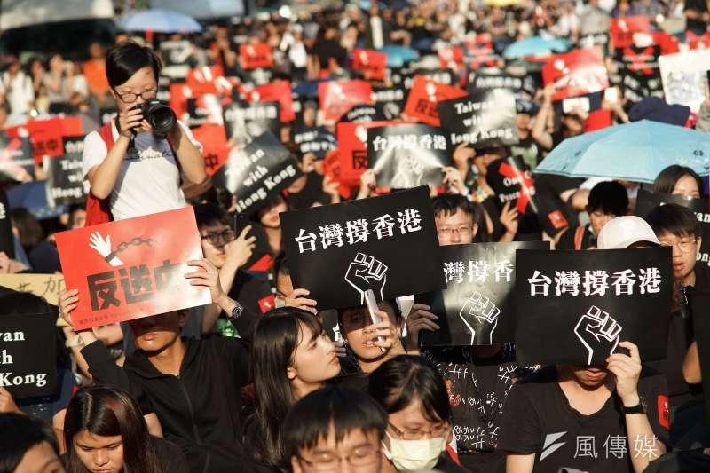 20190616-「撐香港,反送中」集會活動,大合唱海闊天空。(盧逸峰攝)