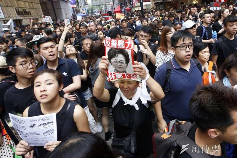 舉牌-特首下台 20190616_香港「反送中」大遊行晚間畫面。(新新聞郭晉瑋攝)