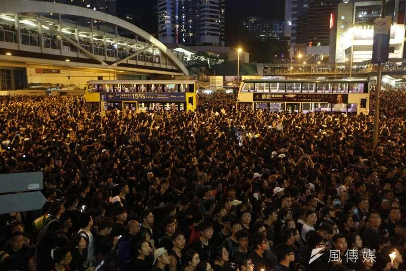 萬頭鑽動 20190616_香港「反送中」大遊行晚間畫面。(新新聞郭晉瑋攝)