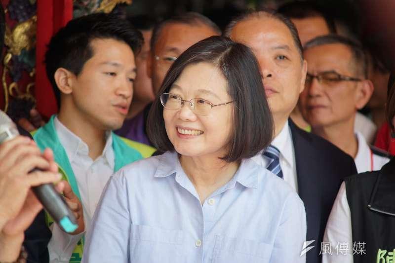 總統蔡英文(中)參拜普願宮時表示,高雄市長韓國瑜過去言行讓人民有疑慮,必須接受檢驗。(盧逸峰攝)