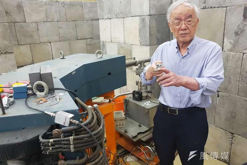 清大物理專家楊銀圳教授利用低能核子物理,發現在粒子加速器導出W中間子。(圖/方詠騰攝)