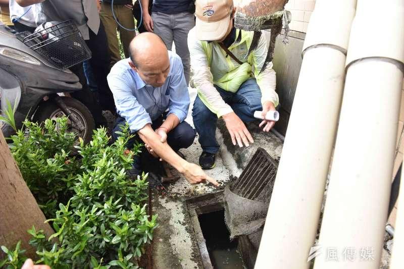 高市府針對三民區域周邊,進行擴大聯合戶外環境消毒,市長韓國瑜(左)前往三民高中視察。(圖/徐炳文攝)