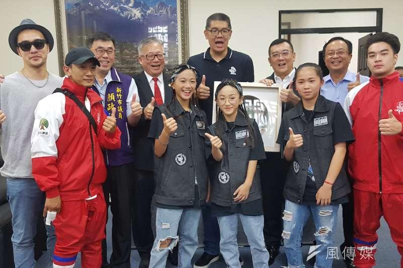 中華民國霹靂舞協會理事長連勝文(後排中)專程到新竹市議會致意,感謝地方各界為街舞運動的付出。(圖/方詠騰攝)