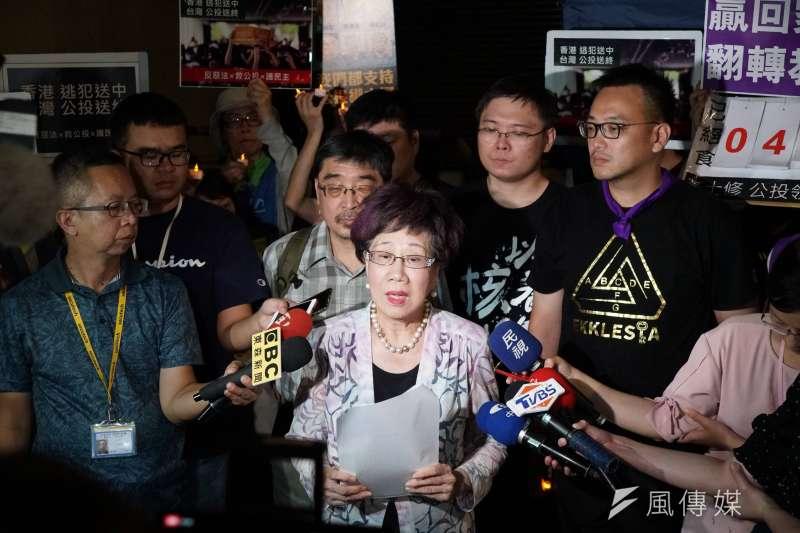 前副總統呂秀蓮(中)領銜提出的「台灣永久和平中立」公投案,被中選會以逾期補正為由退回。(資料照,盧逸峰攝)