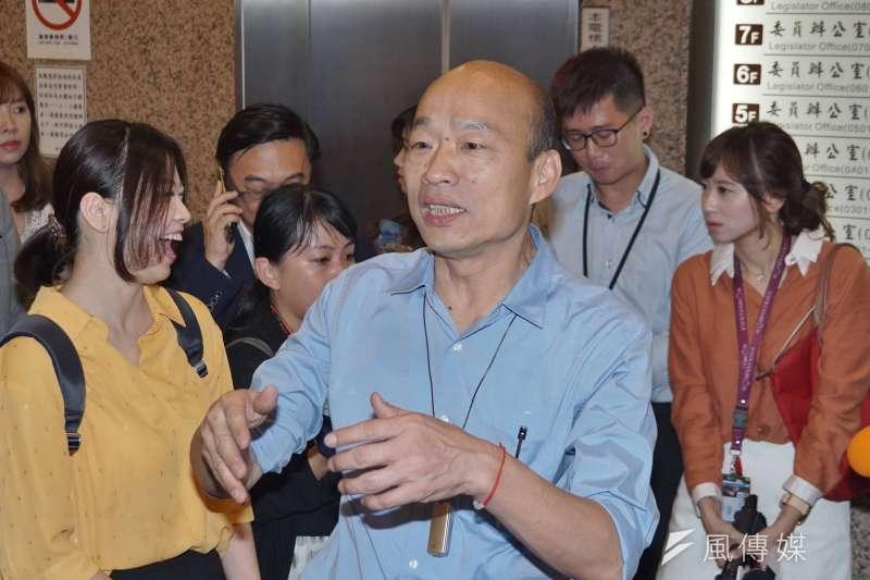 被國中生嗆「選總統很可笑」,高雄市長韓國瑜(前中)說,很多市民朋友心中也是矛盾的,他都給予尊重。(資料照,盧逸峰攝)