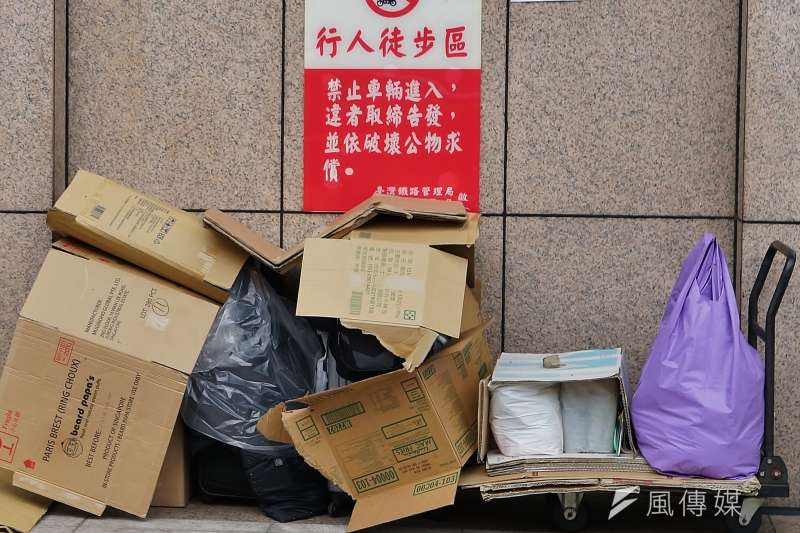 20190617-貧窮與司法專題,台北車站外的街友家當。(盧逸峰攝)