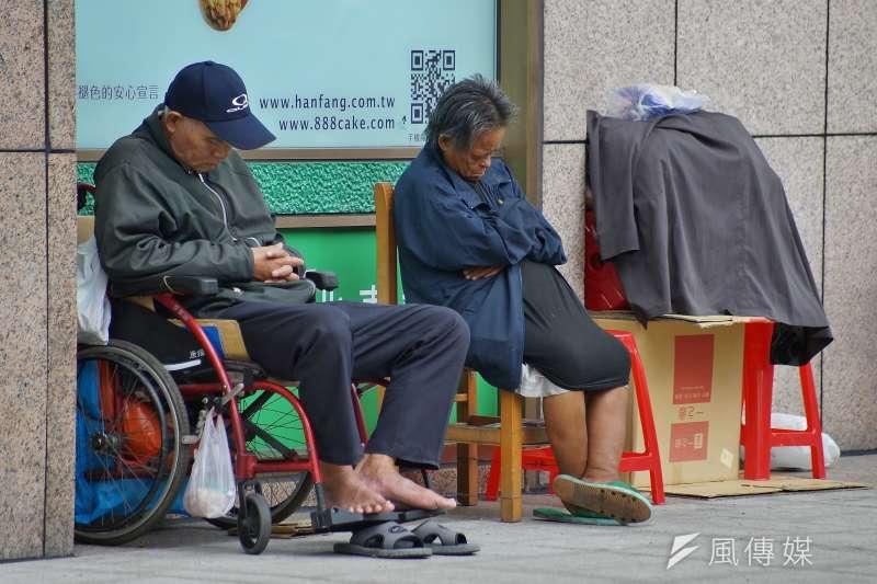 極度貧窮的真正意義是無論你多努力工作,都無法脫貧,「你永遠逃不掉,這和你的努力無關」。圖為台北車站外的街友在牆角歇息。(資料照,盧逸峰攝)