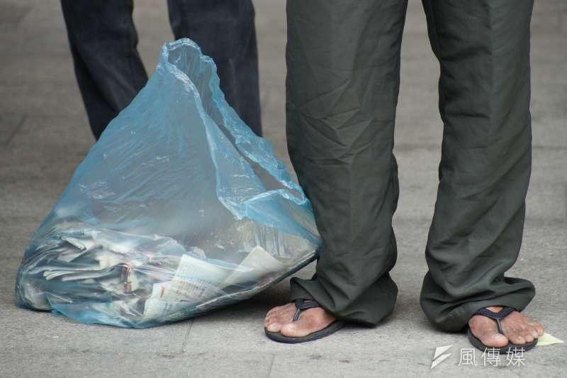 20190617-貧窮與司法專題,街友以撿拾舊報紙回收維生。(盧逸峰攝)