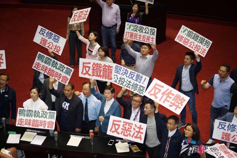 20190617-立法院針對臨時會議案進行表決,國民黨團舉牌抗議。(盧逸峰攝)