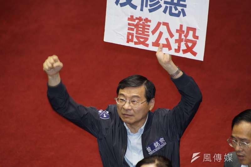 20190617-立法院針對臨時會議案進行表決,立委曾銘宗與國民黨團舉牌抗議。(盧逸峰攝)