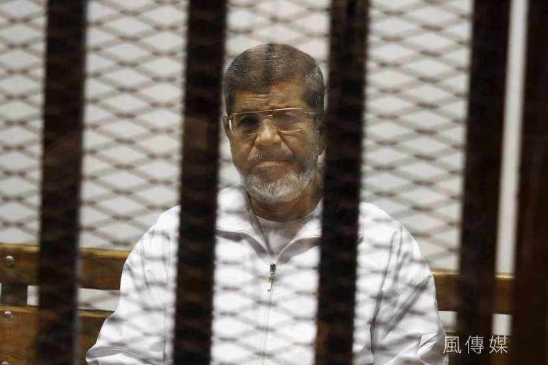 2014年5月,埃及前總統穆爾西(Mohamed Morsi)受審(AP)