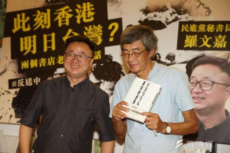 20190618-「此刻香港,明日台灣?」兩個書店老闆的對話,羅文嘉贈送「異端的勇氣」一書予林榮基。(盧逸峰攝)