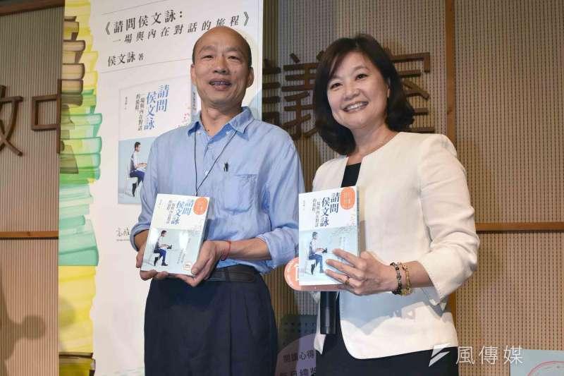 高雄市長韓國瑜(左)向市民朋友推薦六月好書《請問侯文詠:一場與內在對話的旅程》。(圖/徐炳文攝)
