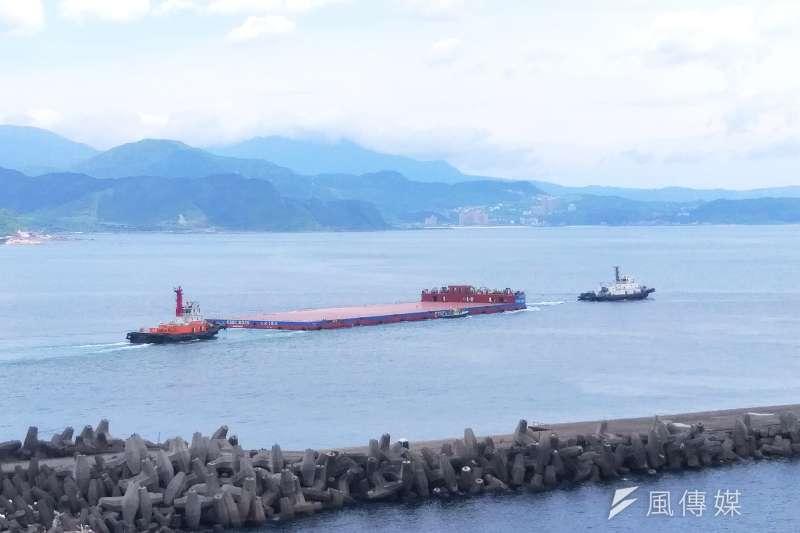 臺灣港務港勤公司協助台灣第一艘大型離岸風電駁船「台船15號」於基隆港進行試車測試。(圖/徐炳文攝)