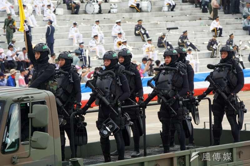 20190619-由於任務有相當比重在海中執行,過去在國防展演等場合,偵搜大隊也以水肺、潛水裝方式亮相。(蘇仲泓攝)