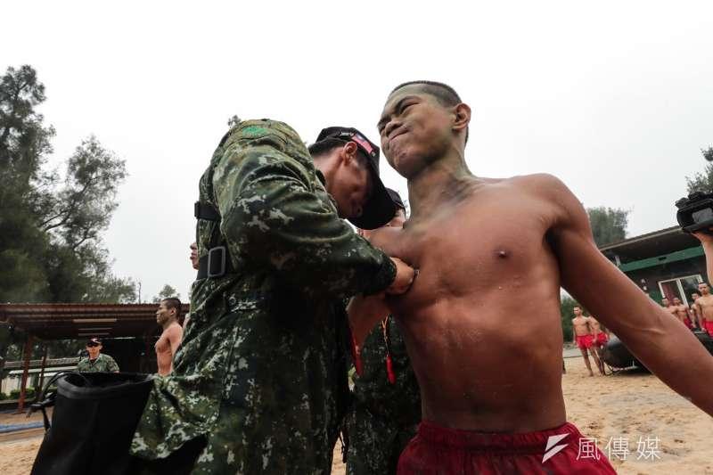 陸軍101兩棲偵察營近期剛有一批新科蛙人完訓,幹部將象徵海龍蛙兵榮譽的蛙牌釘在蛙兵的胸口,不僅展現特種部隊的強悍,也代表訓練的血淚和辛苦,在這一刻都得到釋放。(取自軍聞社)