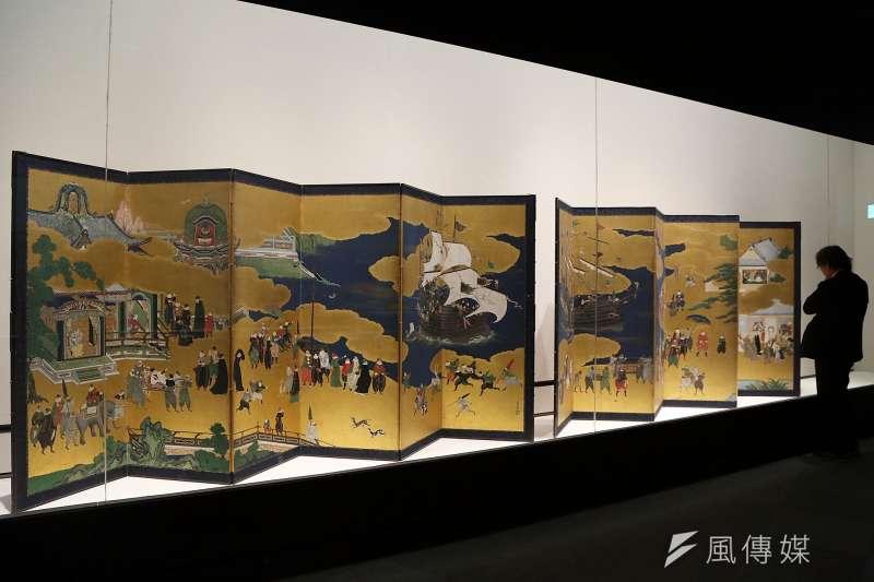 狩野內膳的代表作《南蠻屏風》,生動描繪了16、17世紀日本與西班牙、葡萄牙間傳教與貿易的情景,構圖卓越且質地鮮豔細緻。(圖/故宮博物院南部院區提供)