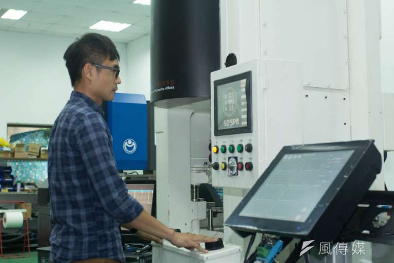 利用雲端監控系統運用在沖壓產線上,可有效查看機台狀況。(圖/徐炳文攝)