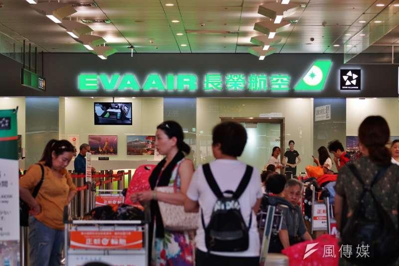 松山機場長榮航空櫃檯前一景。(盧逸峰攝)