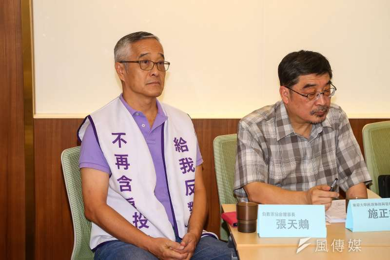 負數票協會理事長張天鷞(左)20日出席「誰將公投墮胎?立法院二修公投法總評」記者會。(資料照,顏麟宇攝)