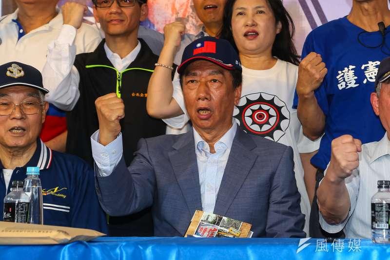 鴻海董事長郭台銘(中)20日出席「八百壯士紀實」新書發表會。(顏麟宇攝)