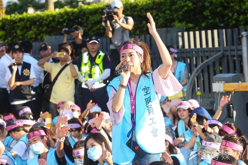 作者認為,長榮空服員罷工事件凸出了台灣的「病變」。圖為南崁長榮航運大樓前長榮空服員罷工。(資料照,顏麟宇攝)