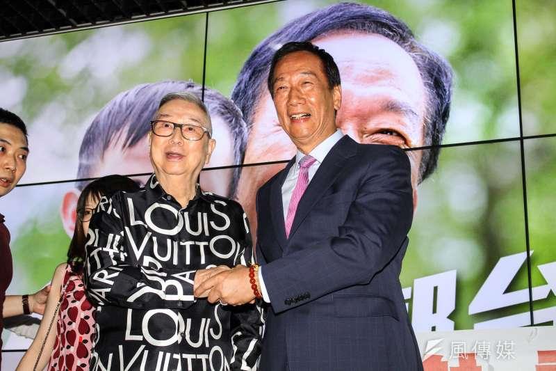 鴻海董事長郭台銘卸下職務後,與股東合影道別,左為股東代表阿土伯。(蔡親傑攝)