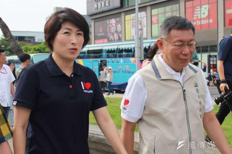 台北市長柯文哲(右)22日午後和台東縣長饒慶鈴(左)一同參訪鐵道275倉庫,饒慶鈴表示感謝北市在風災期間的大力幫助。(方炳超攝)