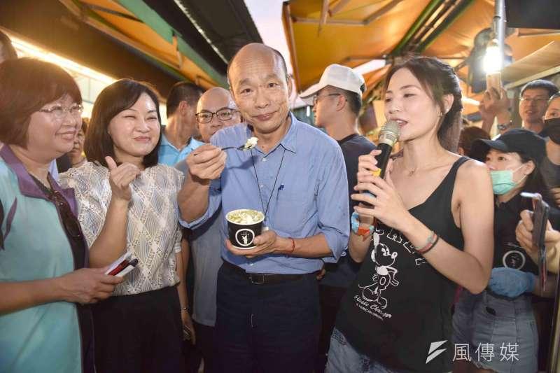 高雄市長韓國瑜(中)在「亞格炒冰捲」親自手炒冰品、擺盤,頻頻點頭表示肯定、好吃。(圖/徐炳文攝)