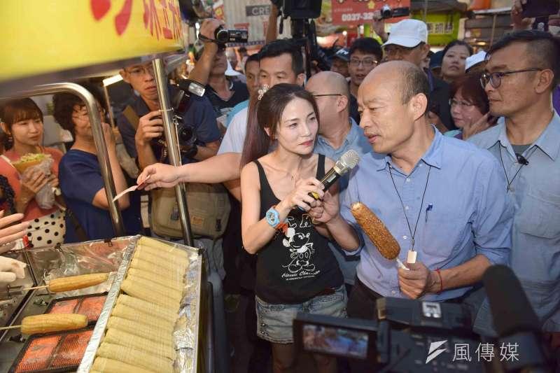 高雄市長韓國瑜前往凱旋青年夜市大飽口福,品嘗「石頭珍珠玉米」。(圖/徐炳文攝)