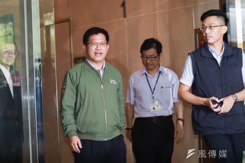 交通部長林佳龍(前左)29日表示,2014年6月以後華航專機菸品銷售破千條成常態,該時間是關鍵轉折點,要持續追查,直到真相大白。(資料照,簡必丞攝)