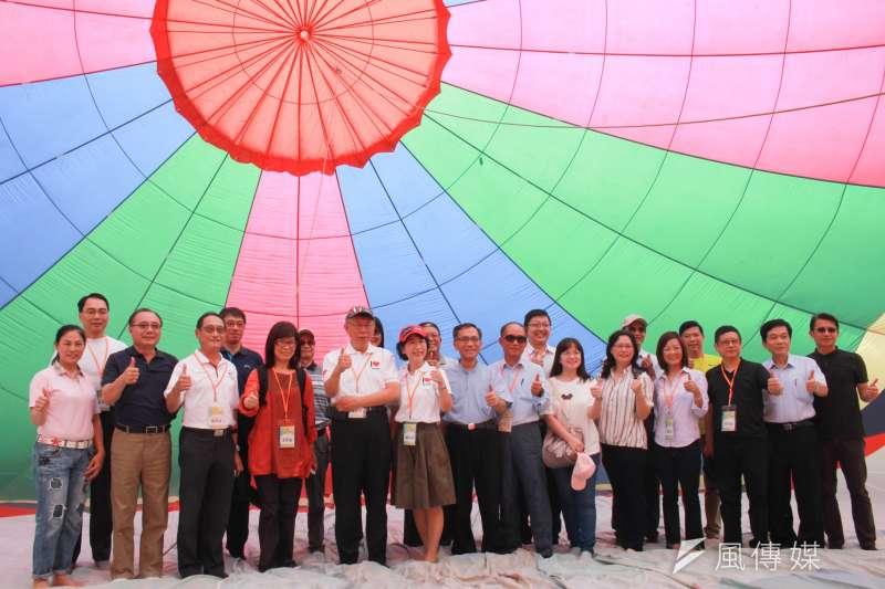 20190622-台北市長柯文哲22日上午前往台東鹿野參訪熱氣飛行學校。(方炳超攝)