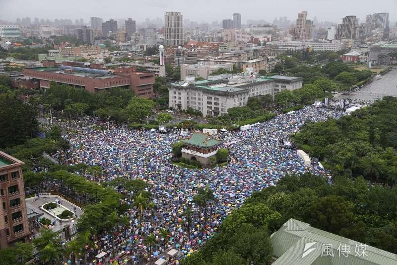 6月23日「拒絕紅色媒體,守護台灣民主」大遊行,許多民眾頂著風雨擠滿凱道和景福門。(資料照,顏麟宇攝)