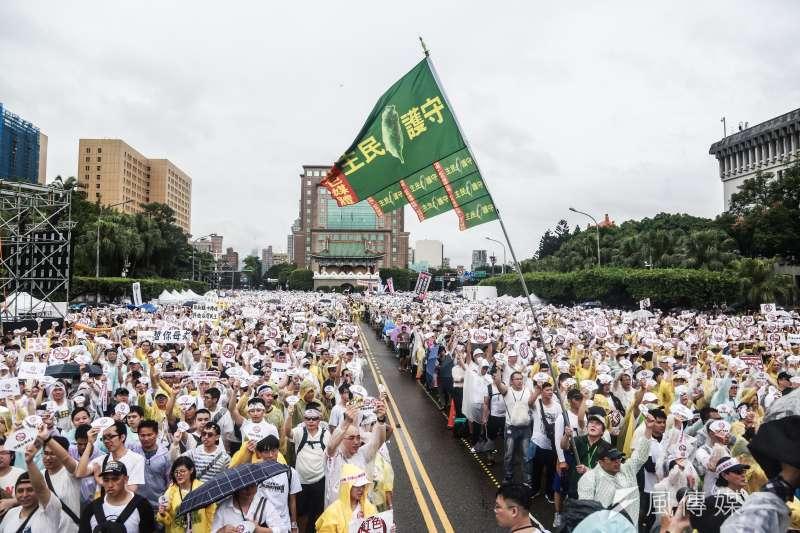 立委黃國昌與館長陳之漢舉辦「拒絕紅色媒體、守護台灣民主」。(簡必丞攝)